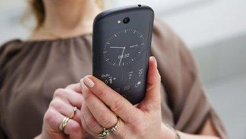 Новый смартфон YotaPhone 2. Архивное фото