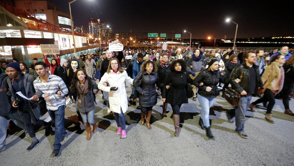 Протестующие блокируют дорогу во время марша в ответ на решение большого жюри по делу Эрика Гарнера в Нью-Йорке
