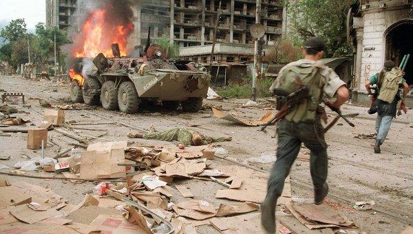 Чеченские боевики во время уличных боев в Грозном.