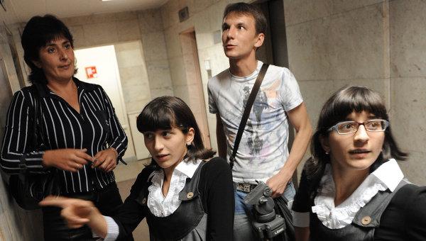 Сиамские близнецы Зита и Гита Резахановы с матерью. Архивное фото
