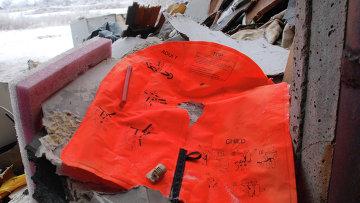 Спасательный жилет и обломки потерпевшего крушение малайзийского Boeing 777