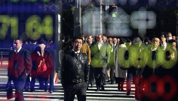 Пешеходы на улице Токио. Архивное фото