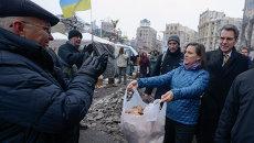 Помощник госсекретаря США по вопросам Европы и Евразии Виктория Нуланд и посол США в Украине Джеффри Пиатт на Майдане. 11 декабря 2013. Архивное фото
