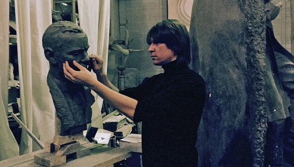 Скульптор Григорий Орехов за созданием бюста скрипачу Леониду Когану