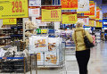 """Покупательница выбирает товар в торговом центре """"Метро"""" в Калининграде"""