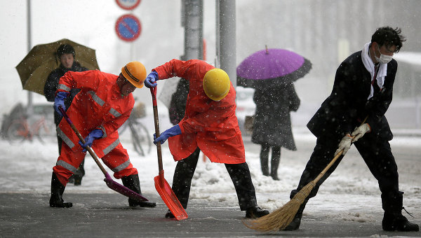 Работники железнодорожного вокзала в Японии убирают снег. Архивное фото