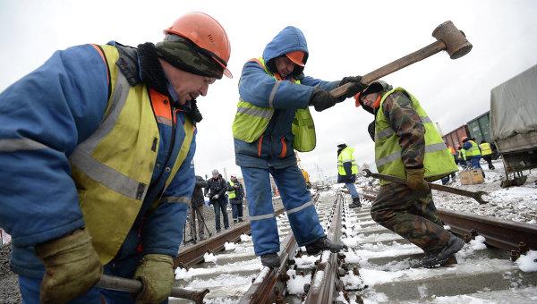 Рабочие ремонтируют железнодорожные пути в Москве. Архивное фото