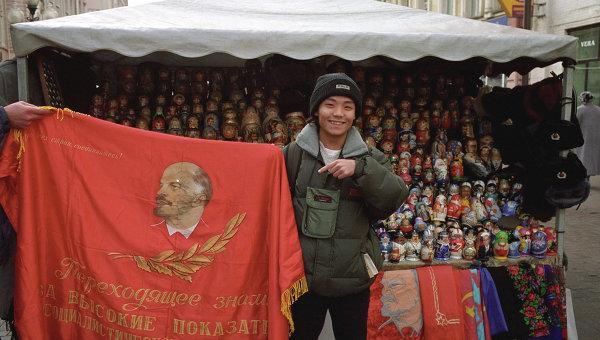 Турист на Арбате в Москве. Архивное фото