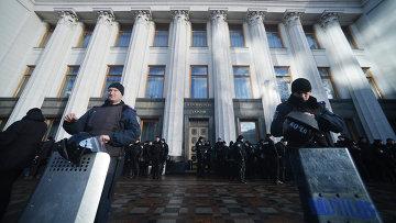 Сотрудники милиции, охраняющие здание Верховной Рады Украины