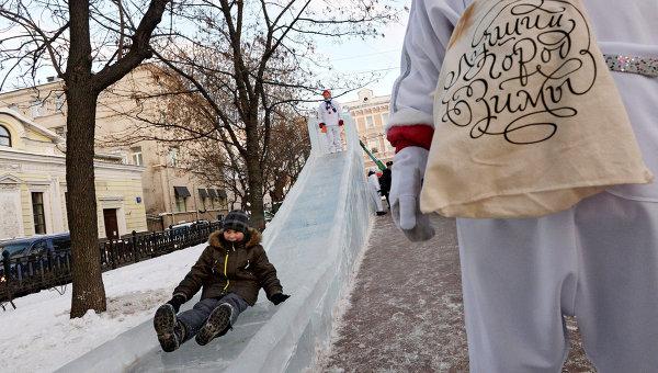Ледяная горка на Рождественском бульваре в Москве. Архивное фото