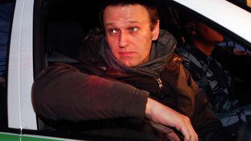 Алексей Навальный возле здания Замоскворецкого суда в Москве