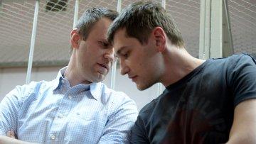 Братья Алексей (слева) и Олег Навальные. Архивное фото