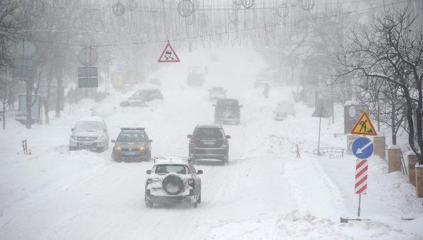 Снежные наносы на киевских дорогах. Архивное  фото