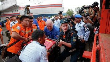 Русские спасатели, принимающие участие в на месте крушение самолета AirAsia в Яванском море