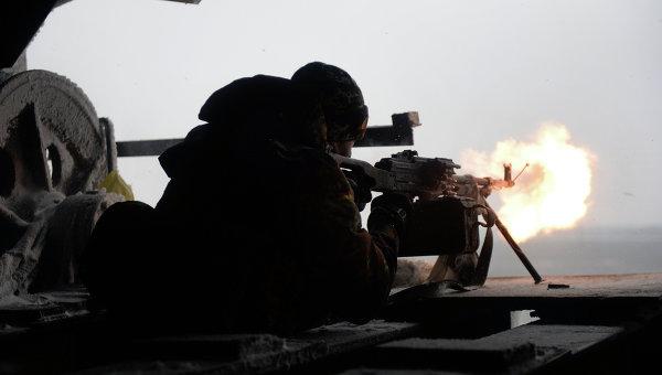 Боец украинского добровольческого батальона стреляет из автомата. Архивное фото