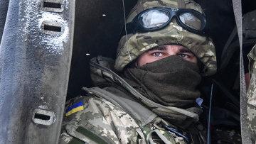 Солдат украинской армии на позиции возле аэропорта Донецка. Архивное фото