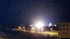 Огни артиллерийских взрывов осветили небо над аэропортом Донецка