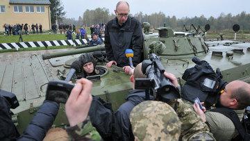 Премьер-министр Украины Арсений Яценюк во время посещения Международного центра миротворчества и безопасности  на Яворовском полигоне во Львовской области