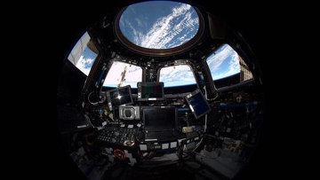 Внутренний вид из модуля. Купол Международной космической станции. Архивное фото