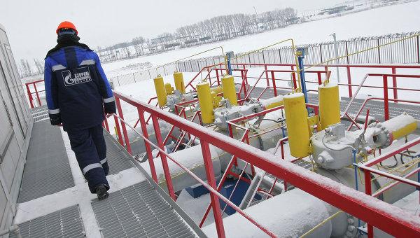 Работник Газпрома на газоизмерительной станции. Архивное фото