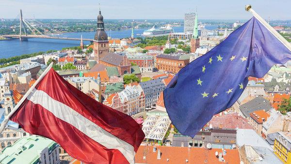 Флаги Латвии и ЕС на фоне Риги