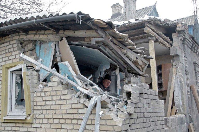 Мужчина в доме, разрушенном в результате артобстрела Донецка