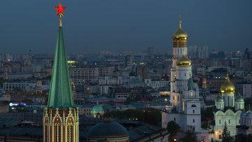 Вид на Никольскую башню, колокольню Ивана Великого и Архангельский собор, архивное фото