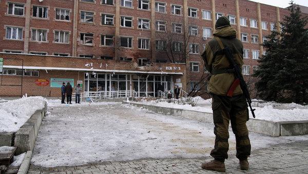 Вооруженный ополченец возле больницы, пострадавшей от обстрела ВСУ. Архивное фото