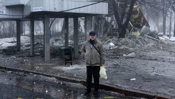 Мужчина на автобусной остановке в Донецке, разрушенной в результате обстрела. Архивное фото