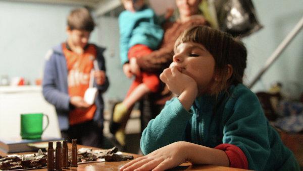 Девочка играет автоматными гильзами в подвале 21-й городской больницы Донецка, где она живет с родителями. Архивное фото