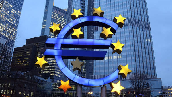 Символ евро возле здания Европейского центрального банка Франкфурте, Германия. Архивное фото