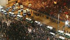 Участники антиисламского движения проходят мимо толпы своих противников во время митинга в Лейпциге