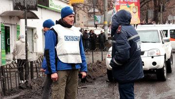 Сотрудники ОБСЕ на месте обстрела в Донецке. Архивное фото