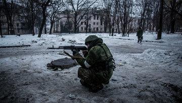 Ополченец в Киевском районе Донецка. Архивное фото