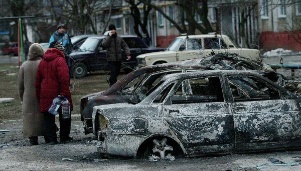 Сгоревшие автомобили на улице в Мариуполе. Архивное фото