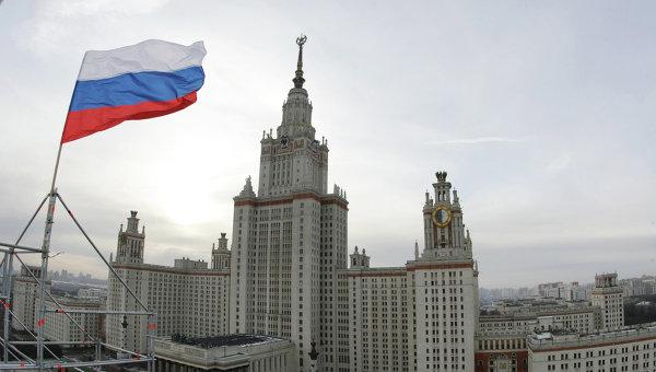 Вид на Главное здание Московского государственного университета им. М.В.Ломоносова. Архивное фото