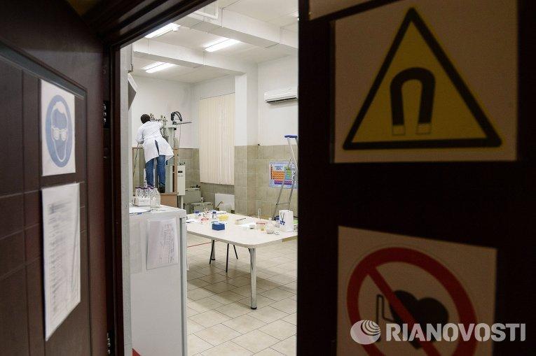 Студент в лаборатории по производству лекарств в Центре коллективного пользования (научно-образовательный центр) Российского университета дружбы народов в Москве