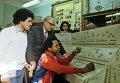 Доцент кафедры петрографии, минералогии и кристаллографии УДН С. Осетров во время лабораторных занятий со студентами