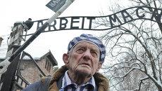 Бывший узник во время памятных мероприятий на территории бывшего нацистского концлагеря Аушвиц-Биркенау