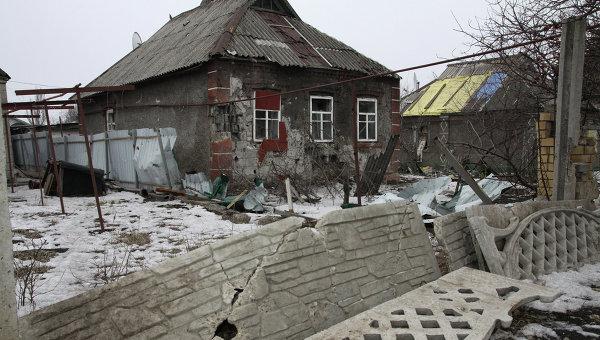 Разрушенный в результате обстрела частный жилой дом в Петровском районе Донецка. Архивное фото