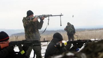 Украинские военные ведут обстрел позиций ополченцев около Лисичанска, Луганская область. 29 января 2015