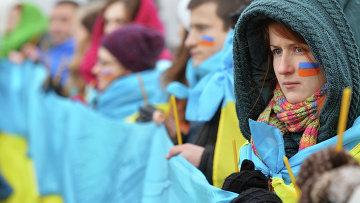 Люди на мосту через Днепр в Киеве во время празднования Дня единства Украины. Архивное фото