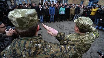 Призывники в украинскую армию на одном из призывных пунктов. Архивное фото.