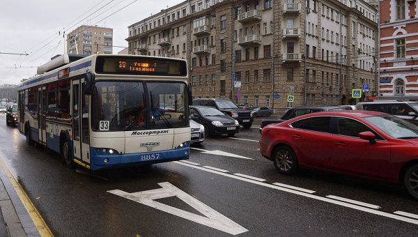 Выделенная полоса для движения общественного транспорта в центре Москвы. Архивное фото