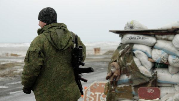 Ополченец на блок-посту в Донецкой области. Архивное фото