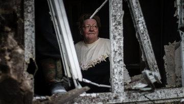 Женщина в доме, разрушенном в результате артиллерийского обстрела Донецка украинскими силовиками