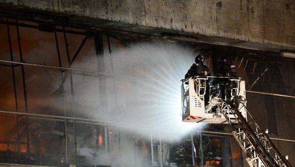 Сотрудники МЧС России на месте пожара в библиотеке академического Института научной информации по общественным наукам