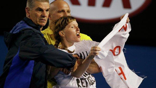 Протестующего удаляют с корта во время финала Australian Open - 2015. 1 февраля 2015 года