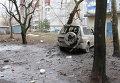 Искореженный в результате обстрела легковой автомобиль в городе Донецке