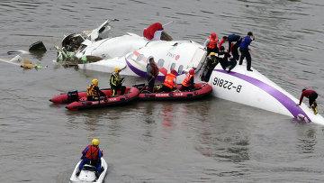 Спасательная операция на месте крушения самолета TransAsia Airways в Тайбэе, 4 февраля 2015. Архивное фото